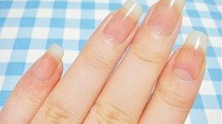 ボロボロの手の爪が塗るだけで綺麗に!?2970円の専用美容液とは